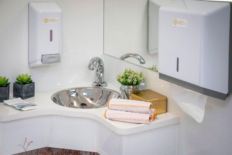 Resultado de imagem para banheiros quimicos para festa ao ar livre
