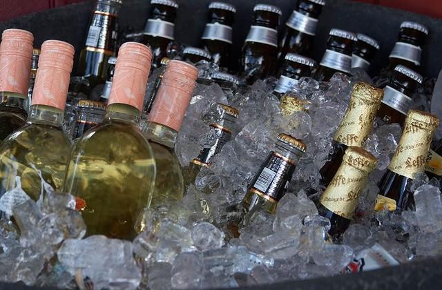 Resultado de imagem para Vinho: 1 garrafa de 750 ml para 3 pessoas. Uma garrafa de vinho branco ou tinto dá para 2 pessoas; Espumante: a noite toda 1 garrafa dá para 2 pessoas. Caso o espumante for utilizado somente para recepção ou brinde, 1 garrafa dá para 6 pessoas; Cerveja: 3 a 4 latas de 300 ml por pessoa. O chope 1,5 a 2 litros por pessoa, ou seja, 20 litros de chope rende até 66 copos de 300 ml; Refrigerante e suco: 300 ml por pessoa; Água