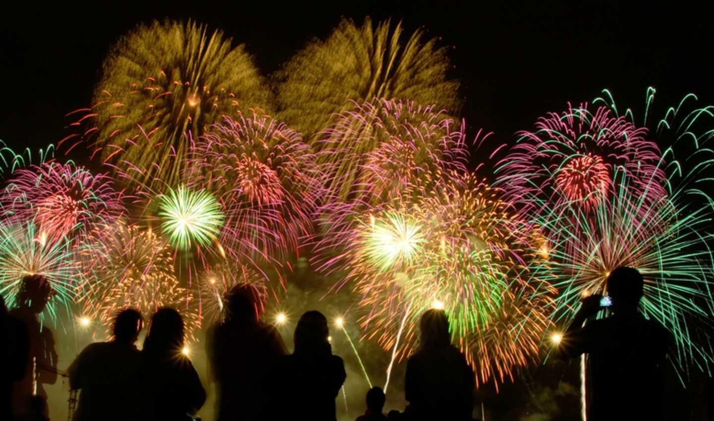 Pessoas assistem a fogos de artifício