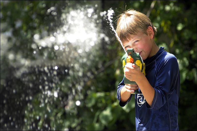 Brincadeira para festa infantil com pistola de água