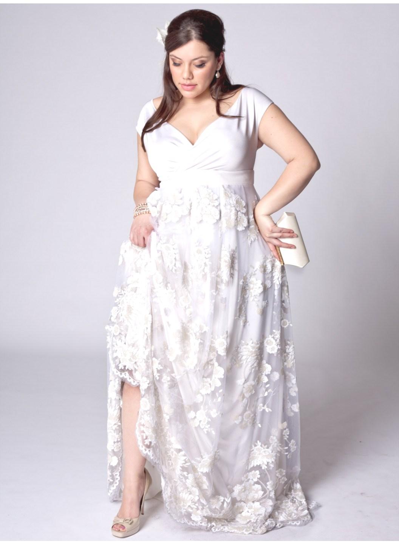 Noiva plus size com vestido decotado