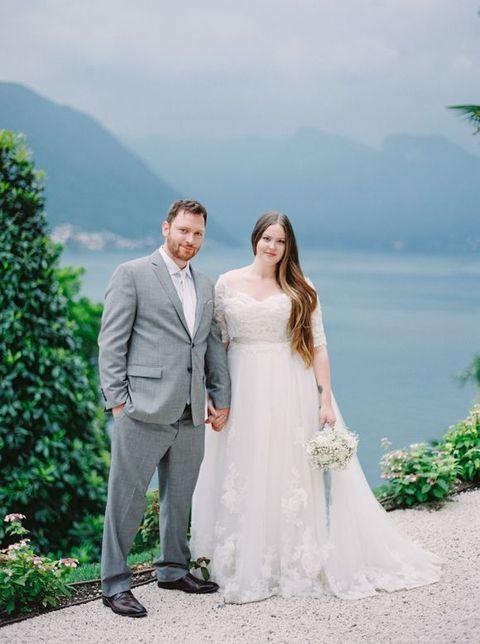 Noiva de vestido com decote redondo