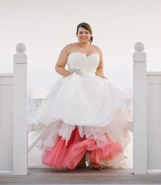 Noiva com vestido colorido tomara-que-caia
