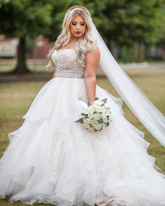 Noiva com vestido tomara-que-caia