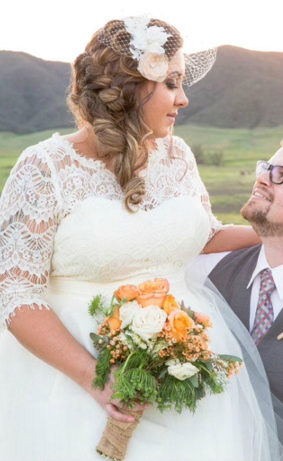 Vestido de noiva plus size com mangas de renda