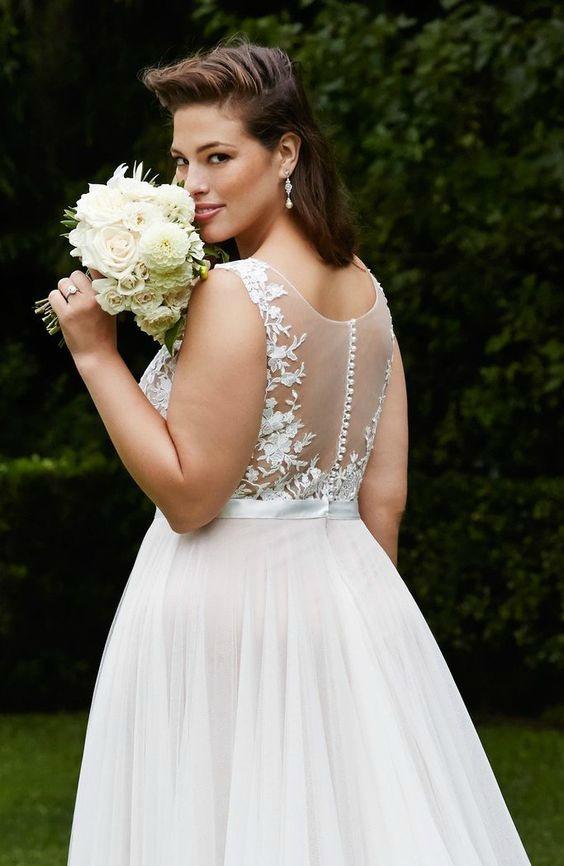 Vestido de noiva plus size com transparência nas costas