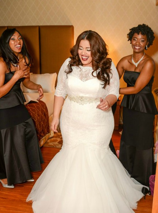 Noiva sorrindo com um vestido modelo sereia