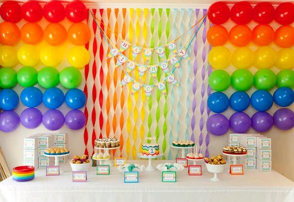 Painel com fitas coloridas para festa infantil barata