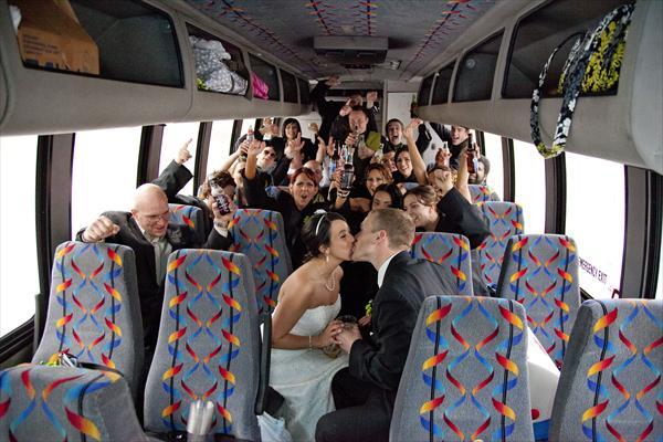 Noivos e convidados em van para casamento