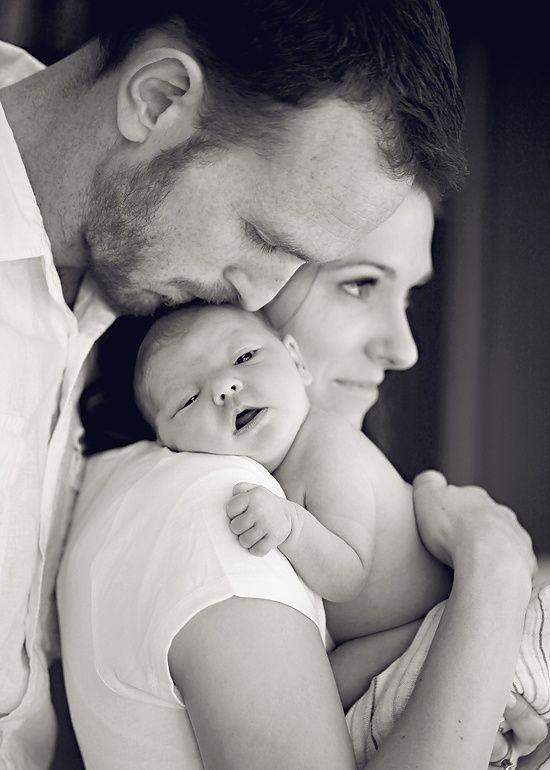 Pais com bebê no ombro
