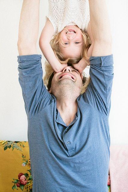 Pai brincando com filha