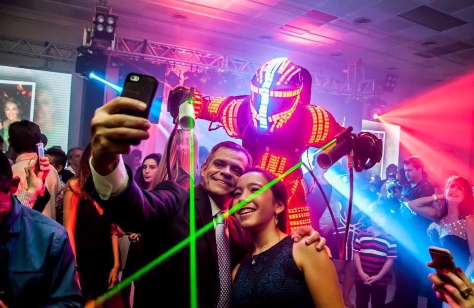 Pessoas se divertindo com robô de LED