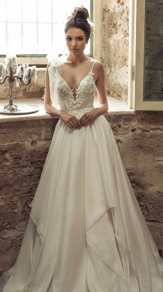 Vestido de noiva com decote detalhado em V