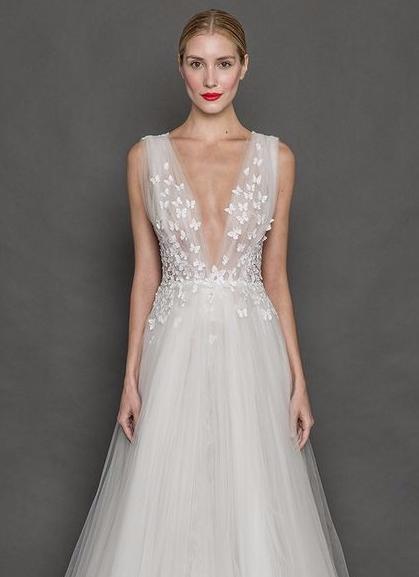 Vestido de noiva de tule com decote em V