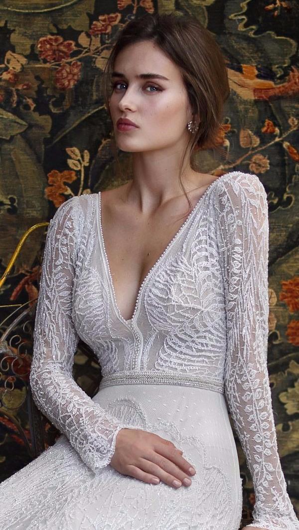 Vestido de noiva com decote em V e manga comprida