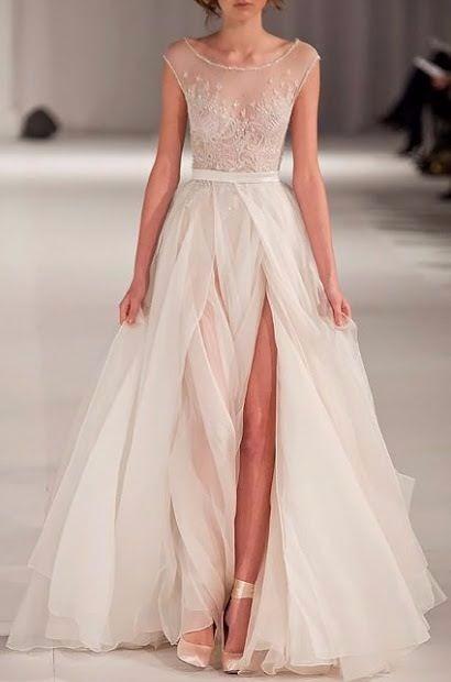 Vestido de noiva com transparências e fenda