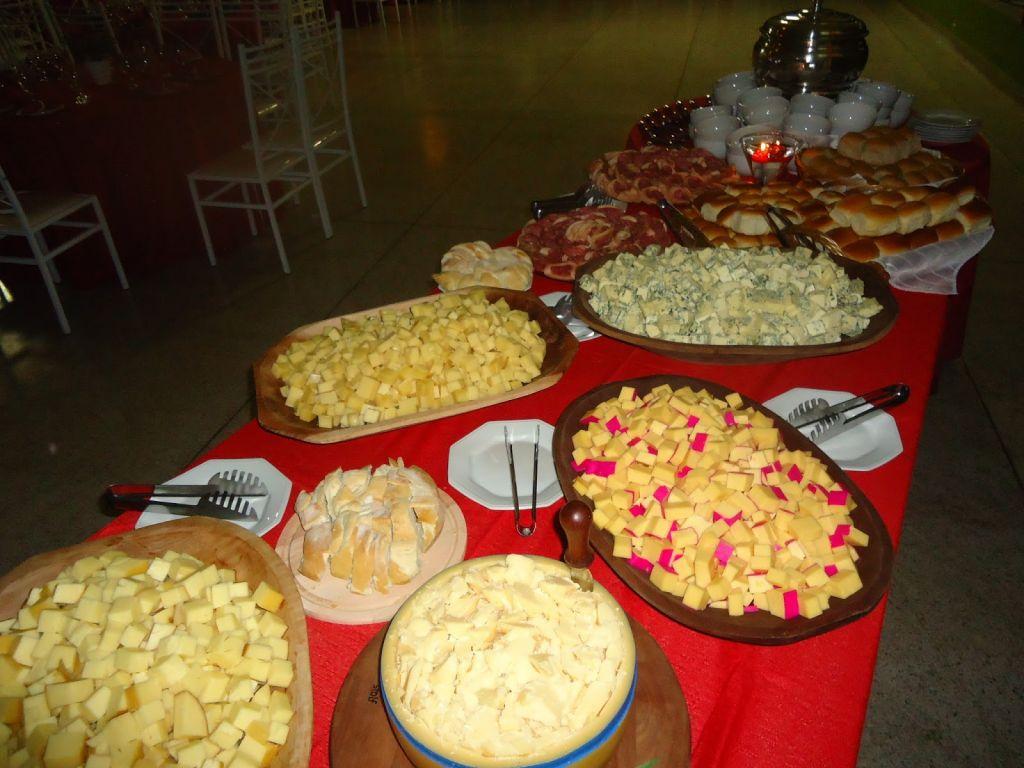 Como organizar queijos e vinhos