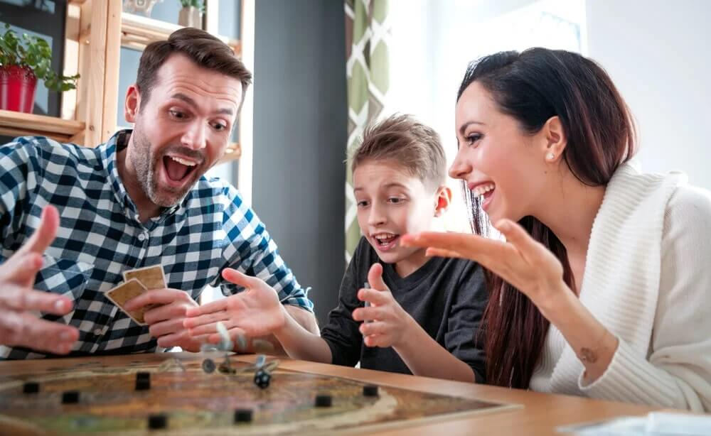 Como divertir crianças em casa