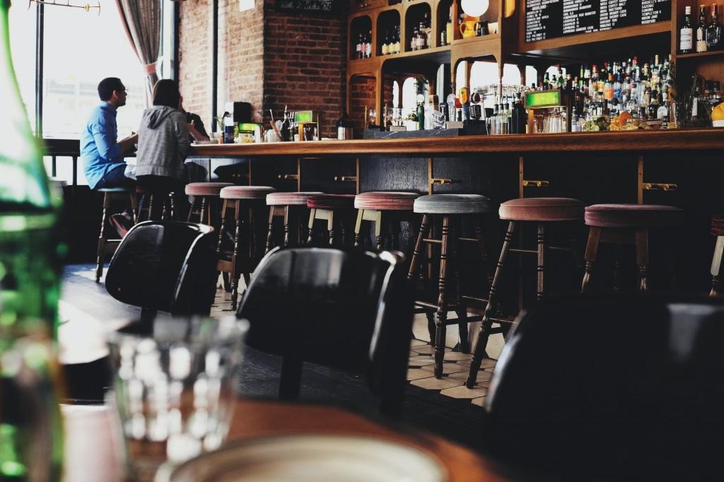 Como bares e hotéis enfrentam restrições ao turismo na Europa