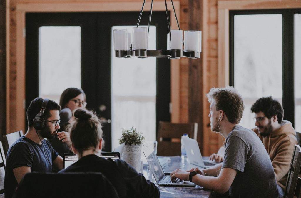 4 dicas de como decidir entre evento presencial ou evento on-line