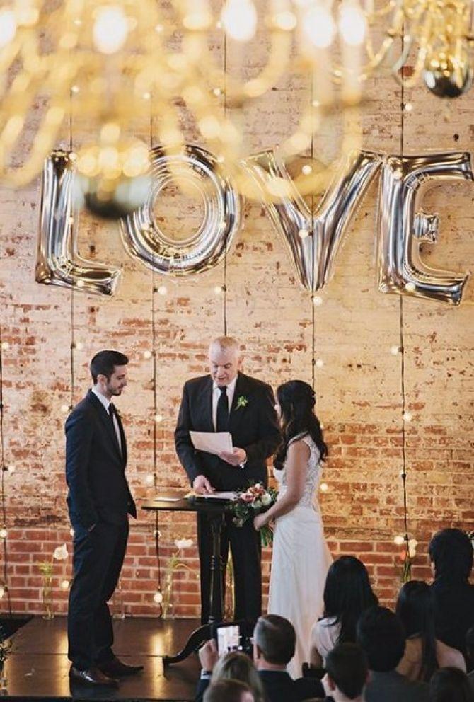 Balão metálico no altar do casamento