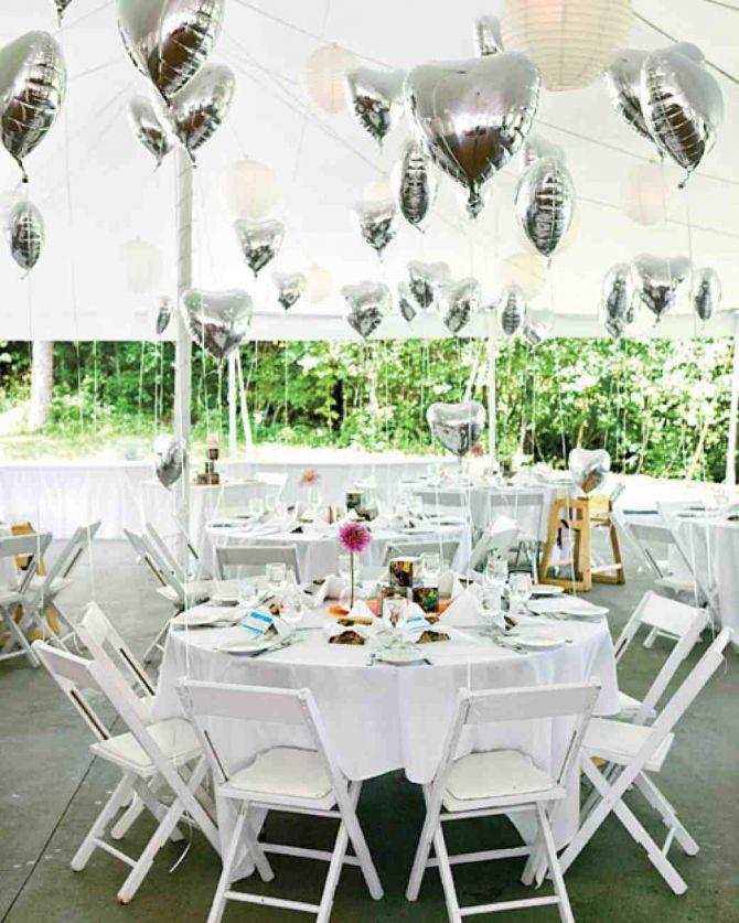 Amarrar balões nas mesas dos convidados