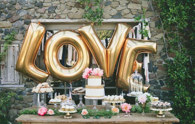 balões metalizados para a mesa do bolo de casamento