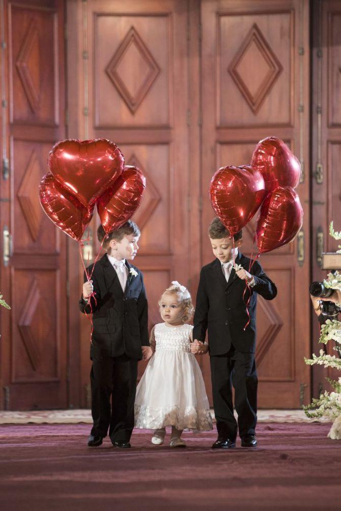 Balões de coração para a entrada dos pajens e daminhas