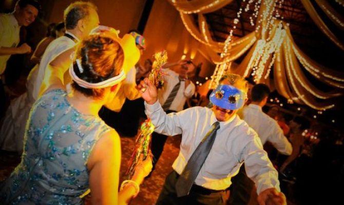 Convidados animados com as músicas para casamento