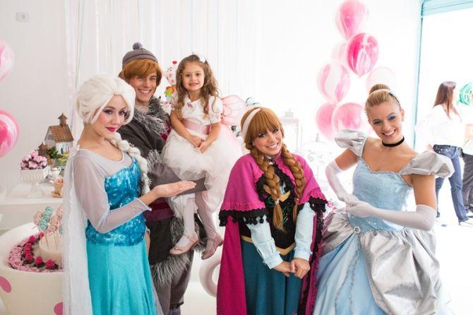 Recreação infantil com personagens de filmes