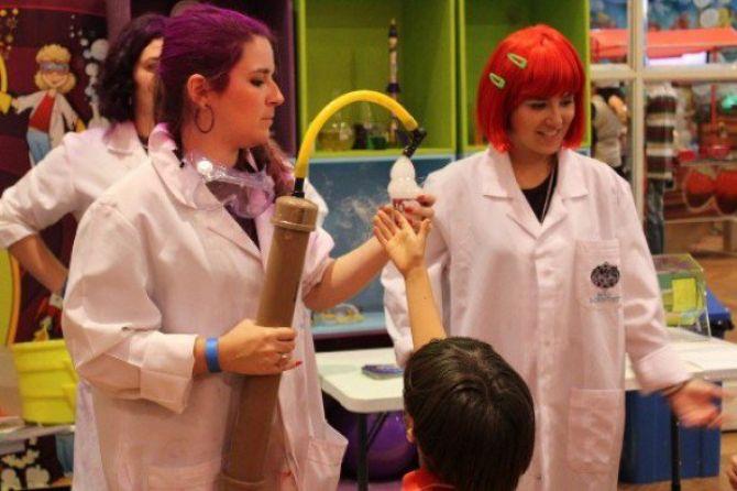 Experimentos científicos é uma opção de animação de festa infantil