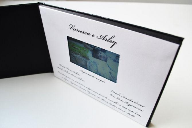 O convite com a tela LED mostra conteúdos exclusivos sobre o casal