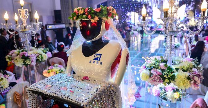 Robô recepciona casamentos modernos