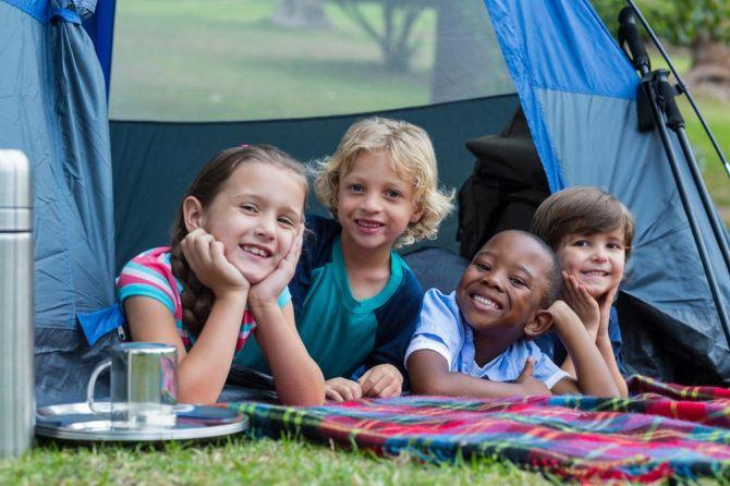 Festa de aniversário no estilo acampamento para as crianças maiores