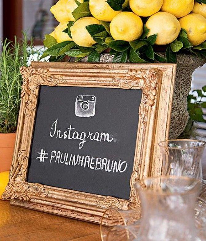 Lousa informa a hashtag para identificar as fotos do casamento na internet