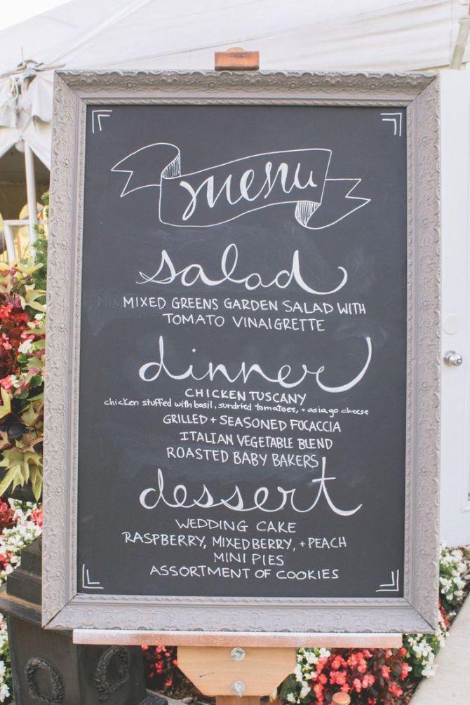 Quadro negro informa o menu da festa de casamento