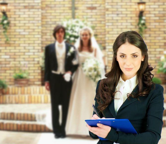 Um cerimonialista ajuda na organização da festa de casamento