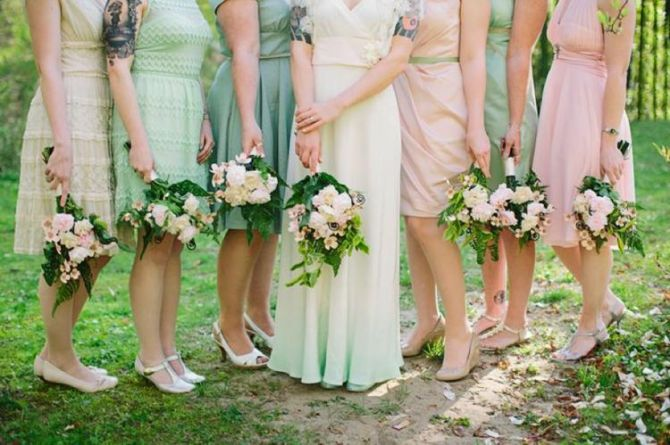 Vestido de noiva com a barra colorida