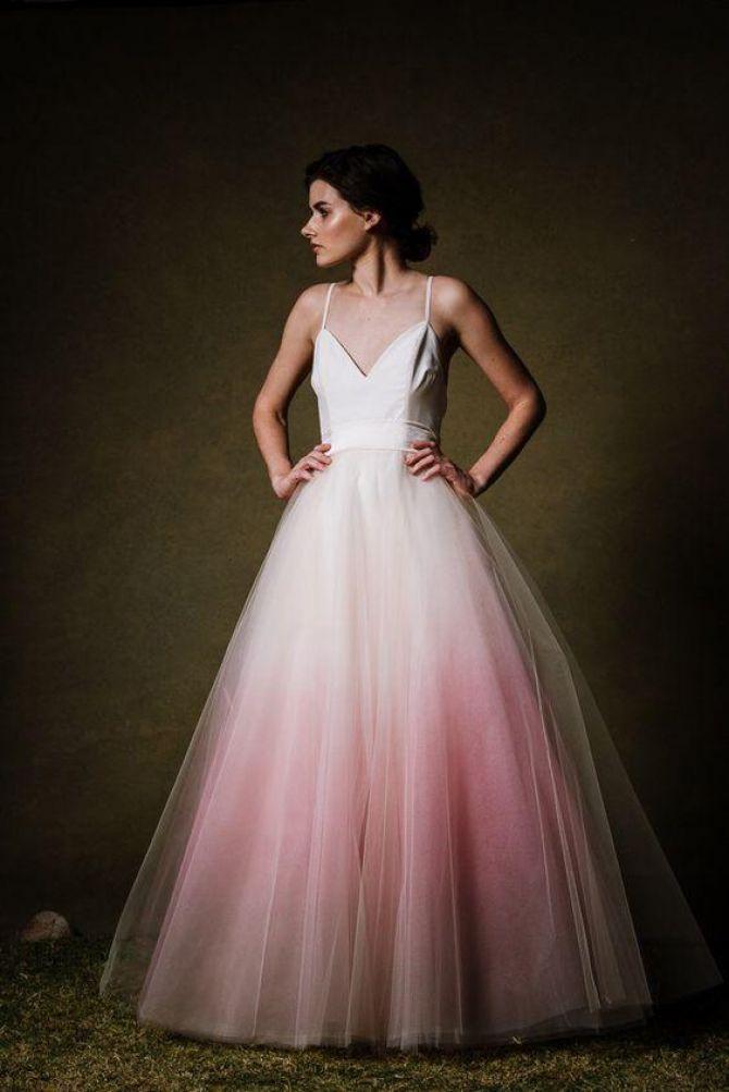 Vestido de noiva com tule e tie dye colorindo a barra