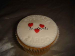 Cupcake com nome dos noivos.